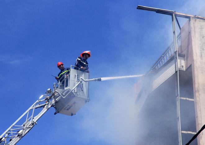9 chiến sĩ ngạt khí độc trong lúc chữa cháy tại Đà Nẵng - Ảnh 2