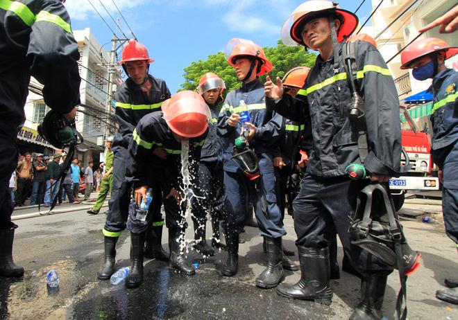 9 chiến sĩ ngạt khí độc trong lúc chữa cháy tại Đà Nẵng - Ảnh 5