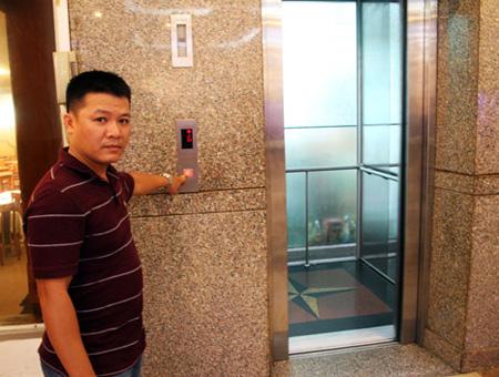 Đập kính, giải cứu 15 người mắc kẹt trong thang máy - Ảnh 2