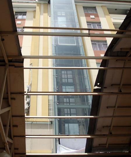Đập kính, giải cứu 15 người mắc kẹt trong thang máy - Ảnh 1