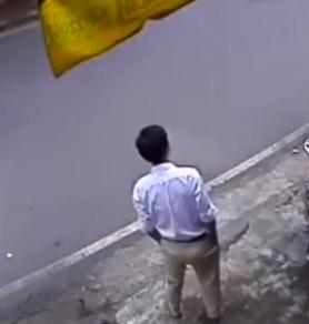 Clip: Thanh niên ung dung trộm xe SH ngay trước cửa nhà - Ảnh 2