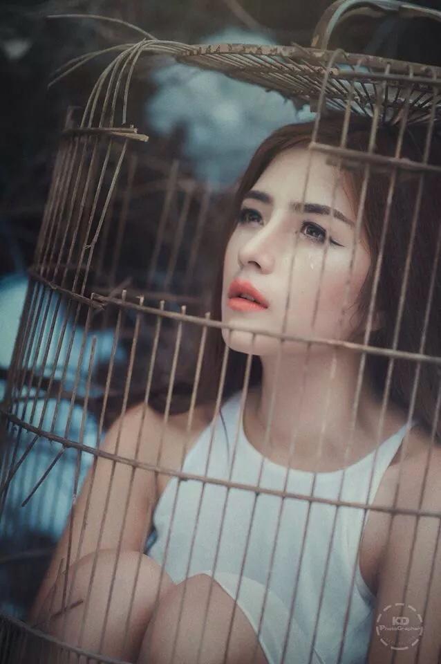 Hé lộ ảnh hậu trường của cô gái xinh đẹp chụp ảnh trong lồng chim - Ảnh 1