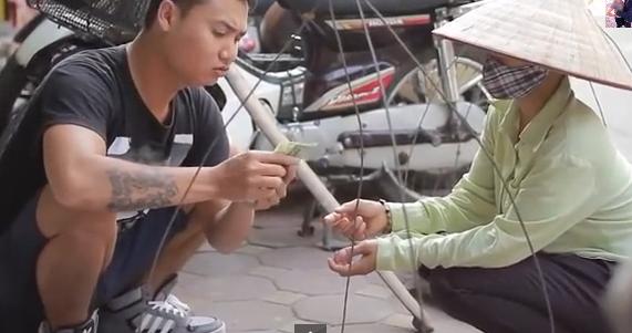 Clip hài hước: Cô gánh hàng rong bán Iphone 6 - Ảnh 3