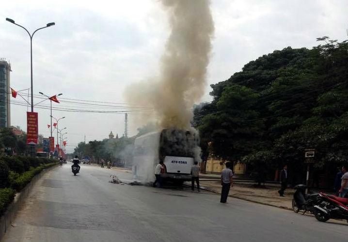 Xe giường nằm đang chạy bỗng phát hỏa, hành khách hoảng loạn - Ảnh 1