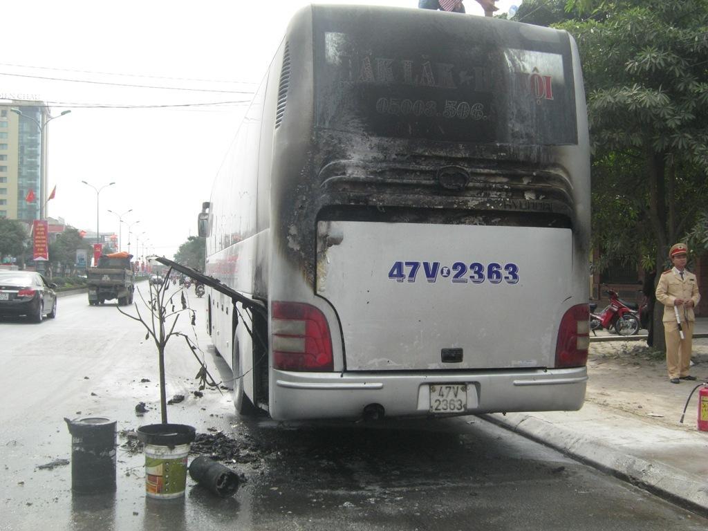 Xe giường nằm đang chạy bỗng phát hỏa, hành khách hoảng loạn - Ảnh 2