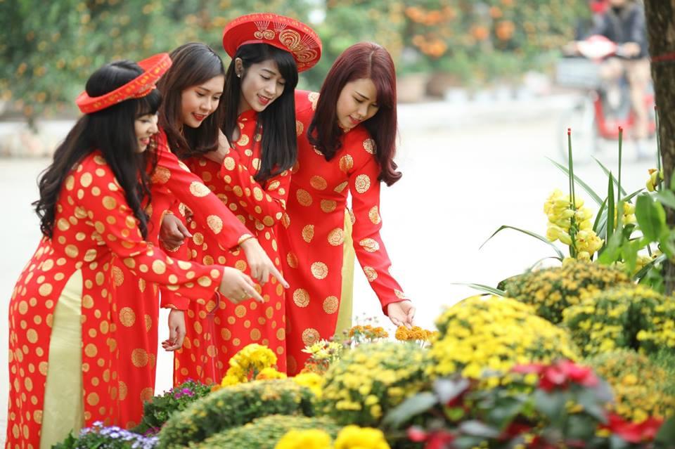 Thiếu nữ 9X xứ Tuyên xinh đẹp trong tà áo dài đỏ du xuân đầu năm - Ảnh 11