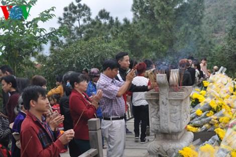 Mùng 1 Tết: Hàng ngàn người dân viếng mộ Đại tướng Võ Nguyên Giáp - Ảnh 3