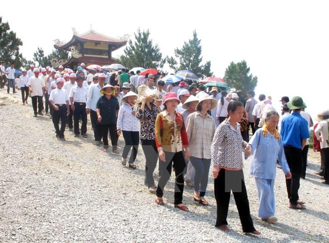 Mùng 1 Tết: Hàng ngàn người dân viếng mộ Đại tướng Võ Nguyên Giáp - Ảnh 1