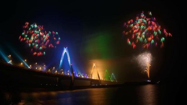 Dân mạng chia sẻ hình ảnh pháo hoa đẹp mắt đêm giao thừa - Ảnh 10