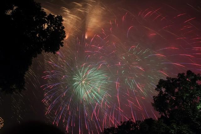 Dân mạng chia sẻ hình ảnh pháo hoa đẹp mắt đêm giao thừa - Ảnh 12