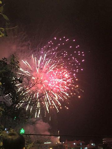 Dân mạng chia sẻ hình ảnh pháo hoa đẹp mắt đêm giao thừa - Ảnh 4