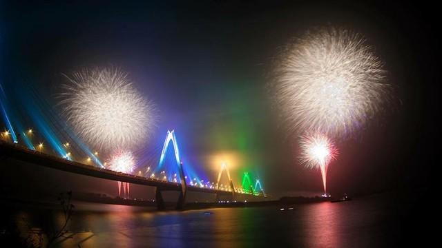 Dân mạng chia sẻ hình ảnh pháo hoa đẹp mắt đêm giao thừa - Ảnh 2