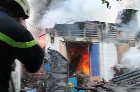 Hơn 60 cảnh sát dập lửa vụ cháy sáng mùng 1 Tết do thắp nhang - Ảnh 1