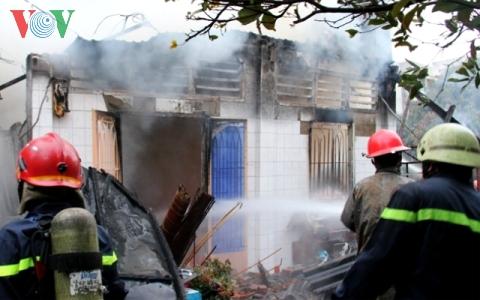 Hơn 60 cảnh sát dập lửa vụ cháy sáng mùng 1 Tết do thắp nhang - Ảnh 2