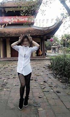 Phản cảm chân dài mặc quần short ngắn đi chùa - Ảnh 2