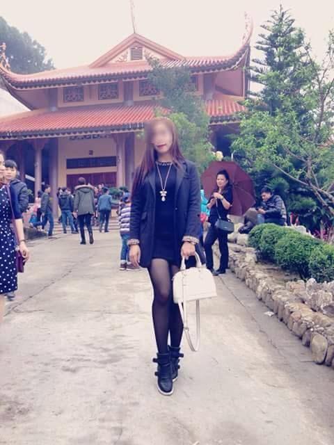 Phản cảm chân dài mặc quần short ngắn đi chùa - Ảnh 3
