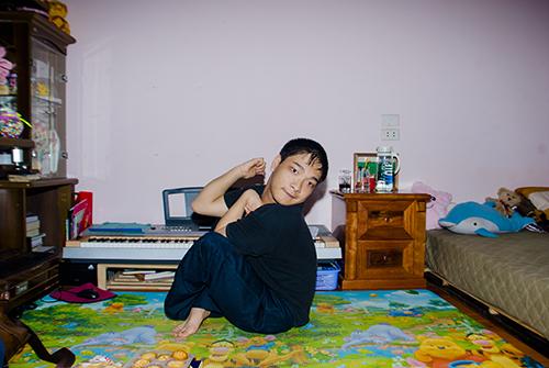 Cảm phục chàng trai bại não sáng tác nhạc… bằng chân - Ảnh 1