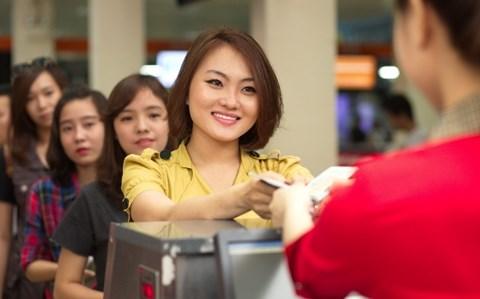 Hành khách nữ xé áo, hành hung nhân viên hàng không - Ảnh 1