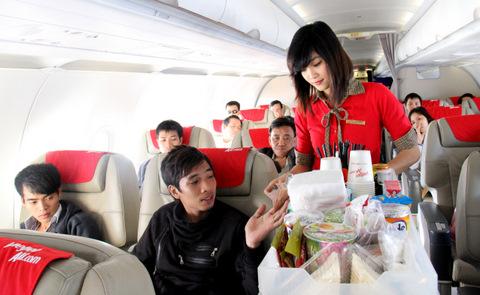 Hành khách nữ xé áo, hành hung nhân viên hàng không - Ảnh 2