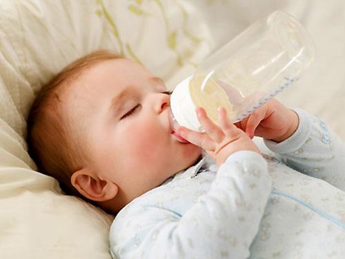 Những điều cấm kỵ trong việc pha sữa cho con trẻ - Ảnh 2