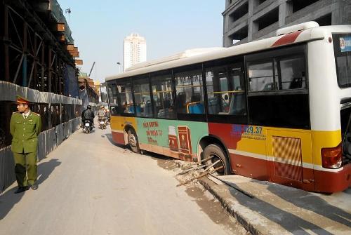 Xe buýt sụt hố ga ngay sát hiện trường sập giàn giáo Cát Linh Hà Đông - Ảnh 1