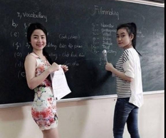Cô giáo mặc sexy trên bục giảng gây bão dân mạng - Ảnh 2