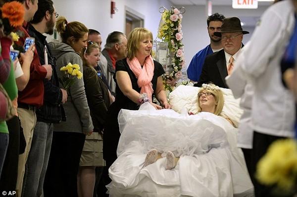 Xúc động đám cưới đẫm nước mắt của cô dâu ung thư xương  - Ảnh 1