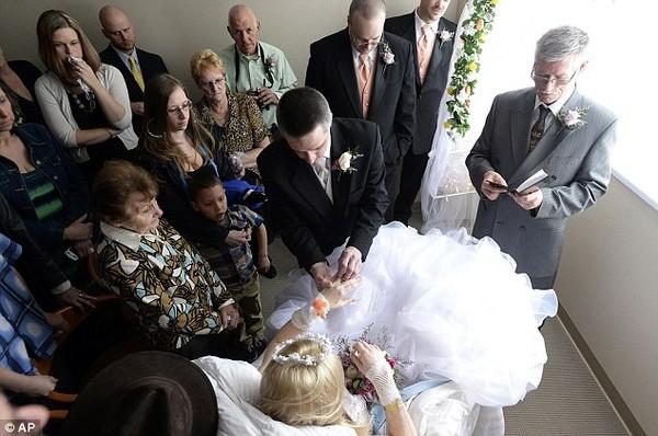 Xúc động đám cưới đẫm nước mắt của cô dâu ung thư xương  - Ảnh 2
