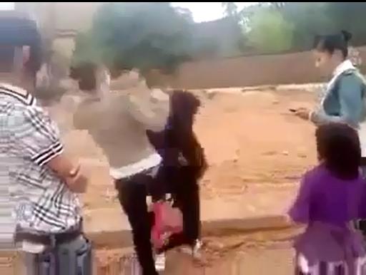 Clip: Nữ sinh Bắc Giang rủ bạn bè hành hung bạn gái anh trai - Ảnh 1