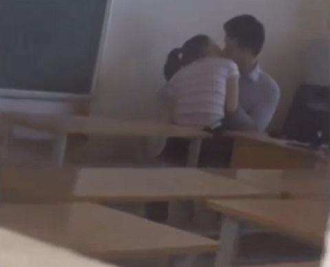 Nóng clip: Thầy giáo và học sinh ôm, hôn nhau đắm đuối trong lớp - Ảnh 1
