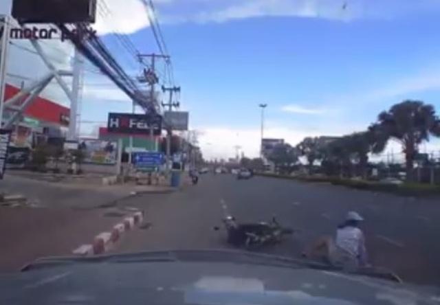 Bức xúc tài xế ô tô chèn người đi xe máy ngã lăn ra đường - Ảnh 1