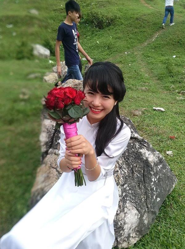 Thiếu nữ Việt đẹp dịu dàng trong tà áo dài thướt tha