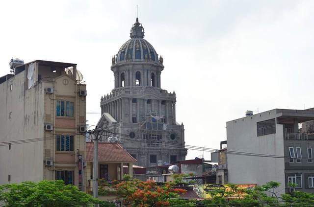 Lâu đài dát vàng của đại gia Hà Nội bị đình chỉ xây dựng - Ảnh 1