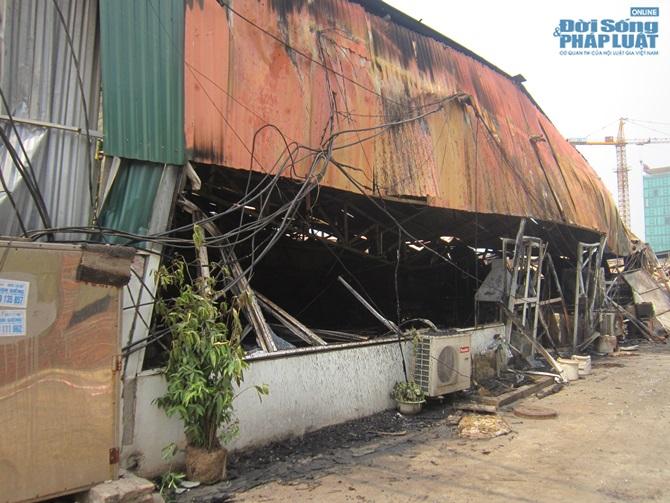 Chùm ảnh: Khu vực gần Keangnam hoang tàn sau vụ cháy lớn - Ảnh 1