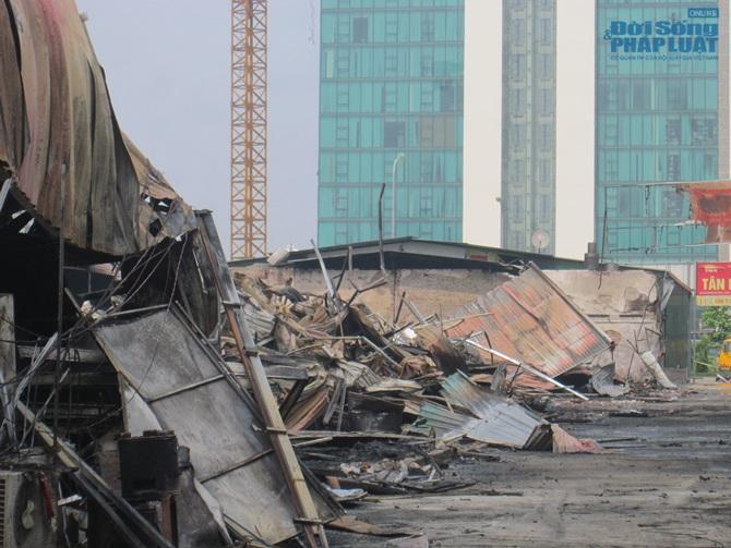 Chùm ảnh: Khu vực gần Keangnam hoang tàn sau vụ cháy lớn - Ảnh 2