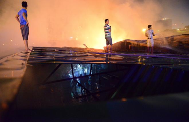 Chân đất, mình trần liều lĩnh dập lửa sát Keangnam - Ảnh 10