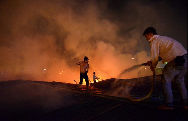Chân đất, mình trần liều lĩnh dập lửa sát Keangnam - Ảnh 9