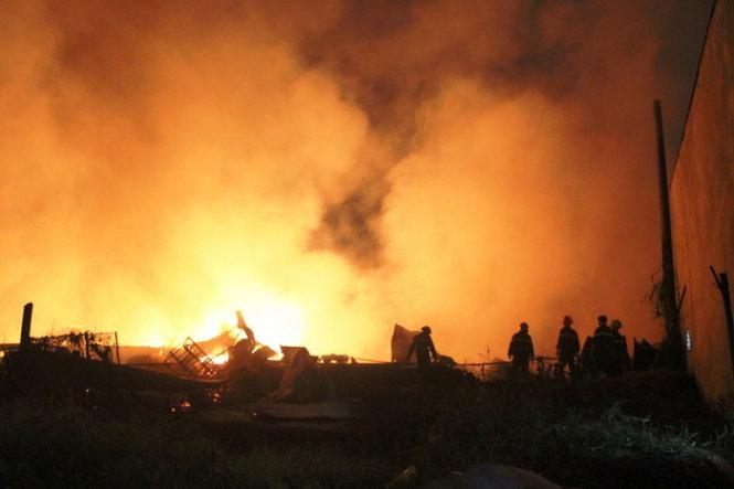 TP.HCM: Vựa phế liệu 1.000 m2 cháy lớn, dân khuân đồ bỏ chạy - Ảnh 1