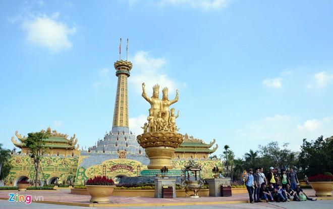 Đền thờ dát vàng phục vụ khách miễn phí ở Khu du lịch Đại Nam - Ảnh 1