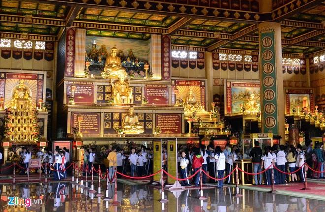 Đền thờ dát vàng phục vụ khách miễn phí ở Khu du lịch Đại Nam - Ảnh 15
