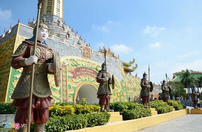 Đền thờ dát vàng phục vụ khách miễn phí ở Khu du lịch Đại Nam - Ảnh 2