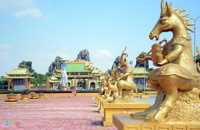 Đền thờ dát vàng phục vụ khách miễn phí ở Khu du lịch Đại Nam - Ảnh 5