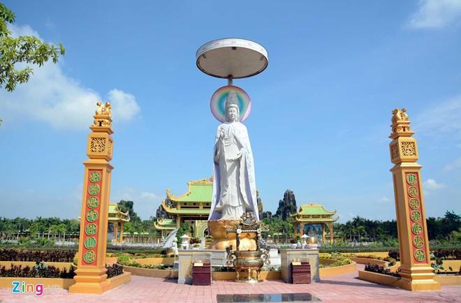 Đền thờ dát vàng phục vụ khách miễn phí ở Khu du lịch Đại Nam - Ảnh 6