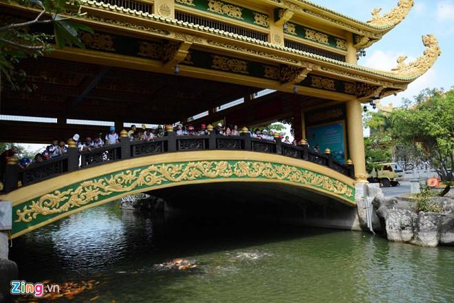 Đền thờ dát vàng phục vụ khách miễn phí ở Khu du lịch Đại Nam - Ảnh 9