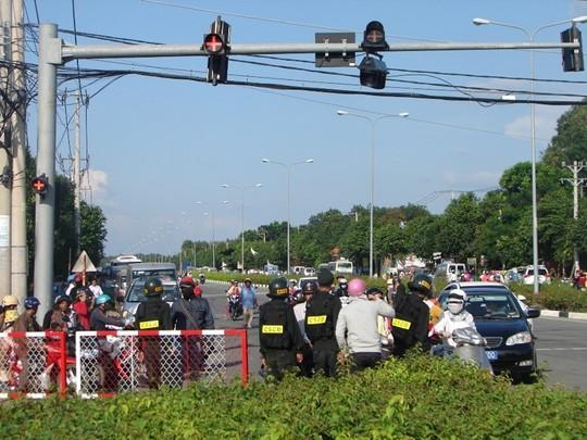 Đại Nam đông nghẹt khách, cảnh sát cơ động phân luồng giao thông - Ảnh 1