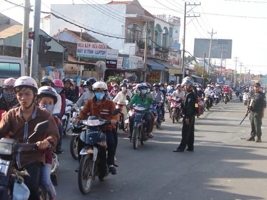 Đại Nam đông nghẹt khách, cảnh sát cơ động phân luồng giao thông - Ảnh 2