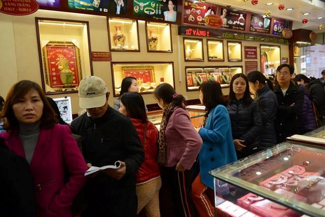 Ngày Vía Thần Tài: Người dân nhộn nhịp mua vàng cầu may - Ảnh 2