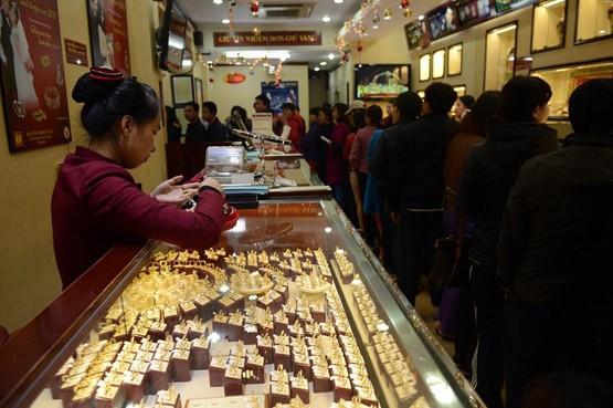 Ngày Vía Thần Tài: Người dân nhộn nhịp mua vàng cầu may - Ảnh 4