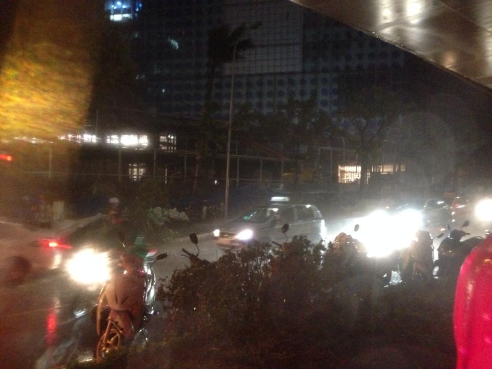 Hà Nội mưa giông dữ dội, cây đổ khắp phố - Ảnh 6