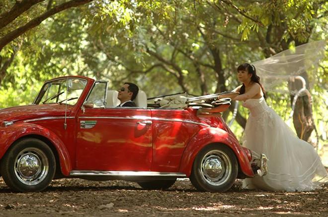 Rộ mốt thuê xe cổ tiền tỷ chụp ảnh cưới, rước dâu ở Sài Gòn - Ảnh 2